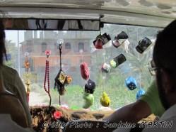 Dashour - Sur la route, décoration du pare-brise de la voiture