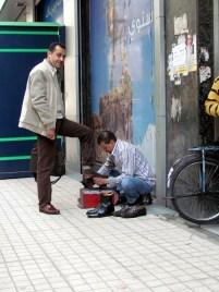 Le Caire - Centre - Au hasard des rues, cireur de chaussures
