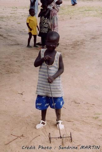 Sur la route - L'école coranique, un enfant et son jouet