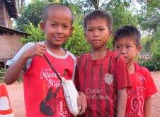 Thakek - The loop - Sur la route du lac 'Kon Leng', pétanque avec des enfants dans un village
